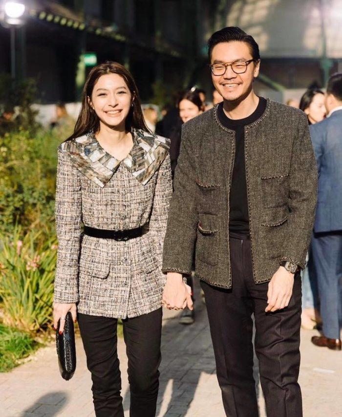 ชาวเน็ตวิจารณ์ ไฮโซเซนต์ สามี มิว นิษฐา ร่วมชมงานแฟชั่นโชว์  ใส่เสื้อแพงแต่ดูแล้วไม่ผ่าน? - The Bangkok Insight