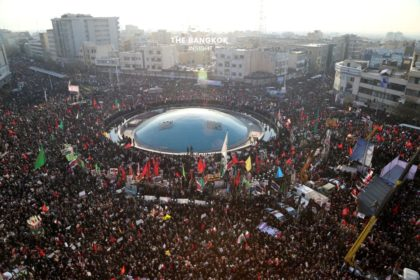 รูปข่าว คลื่นมหาชนอิหร่านแห่ร่วมพิธีศพ 'โซเลมานี'