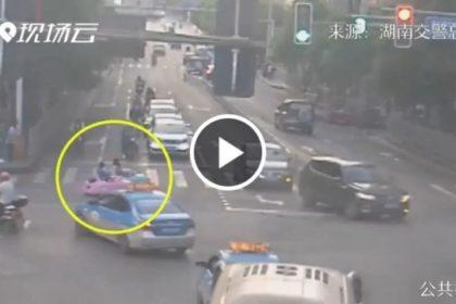รูปข่าว ทำไปได้! หญิงจีนพาลูกนั่ง 'รถเด็กเล่น' ขับออกถนนใหญ่ไม่หวั่นอุบัติเหตุ