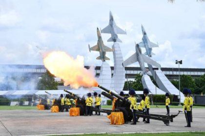 รูปข่าว 3 เหล่าทัพ ยิงสลุตหลวง 21 นัด ถวายพระเกียรติ วันเฉลิมพระชนมพรรษาในหลวง ร.10
