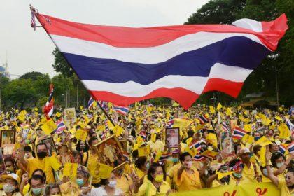 รูปข่าว ประมวลภาพ เสื้อเหลืองพรึ่บสวนลุม แสดงพลังปกป้องสถาบัน