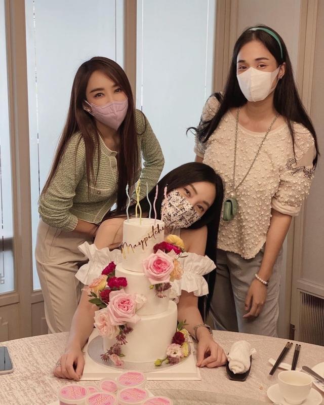 3 เป้ย ยกเค้กก้อนโต อวยพรวันเกิด เมย์ 6