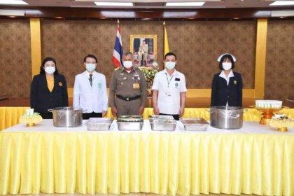 รูปข่าว 'ในหลวง' พระราชทาน 'อาหารทรงปรุงเอง' แก่บุคลากรทางการแพทย์ ให้กำลังใจสู้โควิด