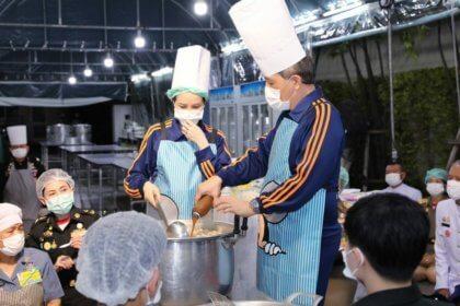 รูปข่าว 'ในหลวง' ทรงประกอบอาหาร พระราชทานแก่ บุคลากรแพทย์ รพ.สนาม-รพ.ต่าง ๆ